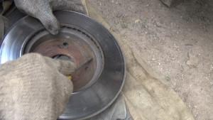 передний тормозной диск изнутри и грязь